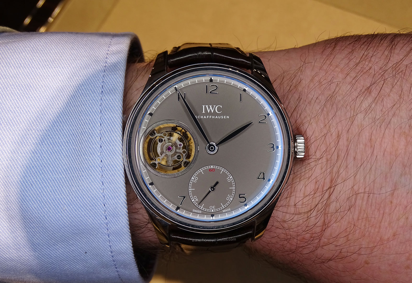 IWC Portugues Tourbillon Manual pizarra en la muñeca frontal