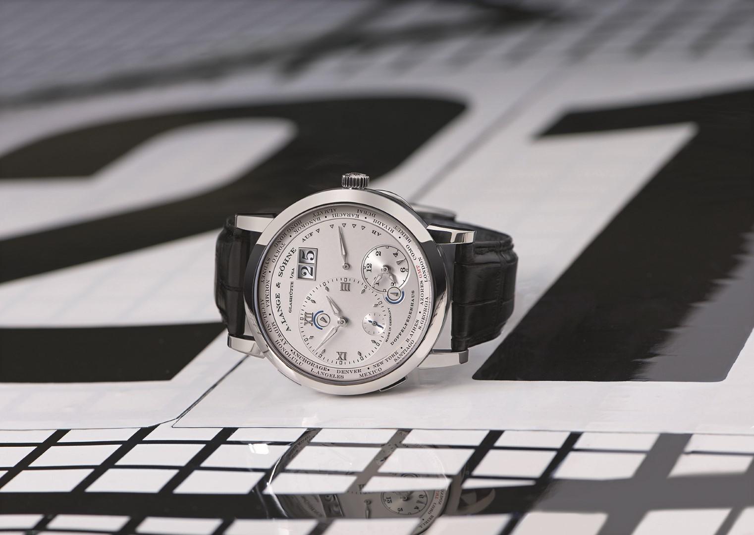 Lange 1 Time Zone oro blanco sobre BMW Frank Stella