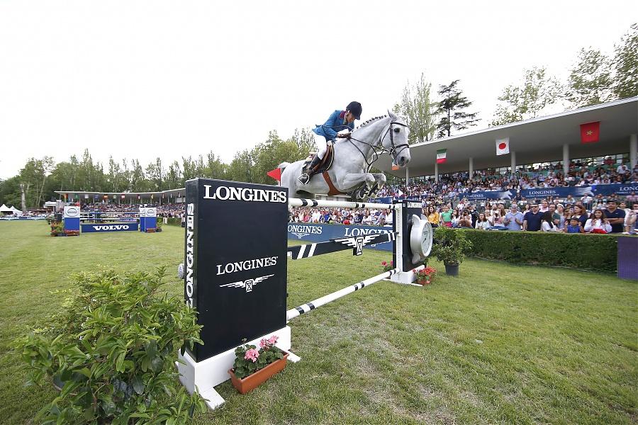Luciana Diniz supera el último obstáculo (foto de la organización)
