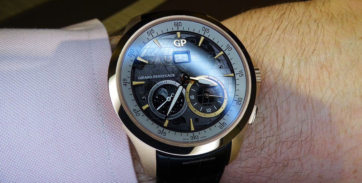 Girard-Perregaux Traveller Large Date Moonphase and GMT oro rosa en la muñeca