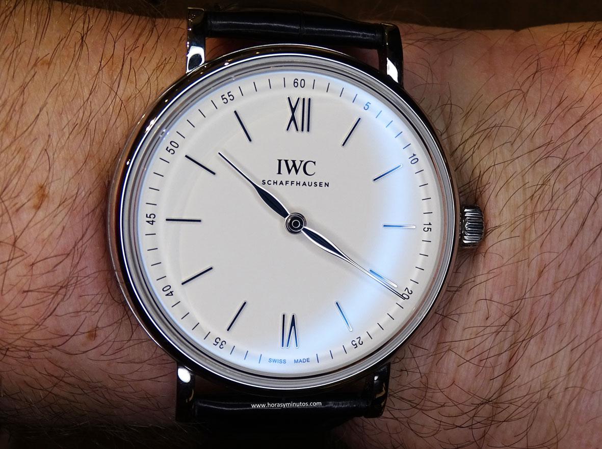IWC Portofino Hand-Wound Pure Classic acero en la muñeca 3