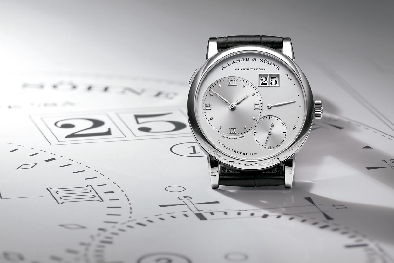 A Lange and Sohne Lange 1 platino sobre plano de diseño