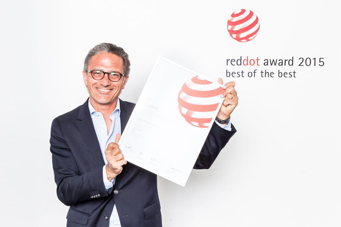 Charris Yadigaroglou recogiendo el Premio Best of the Best en la Gala Red Dot