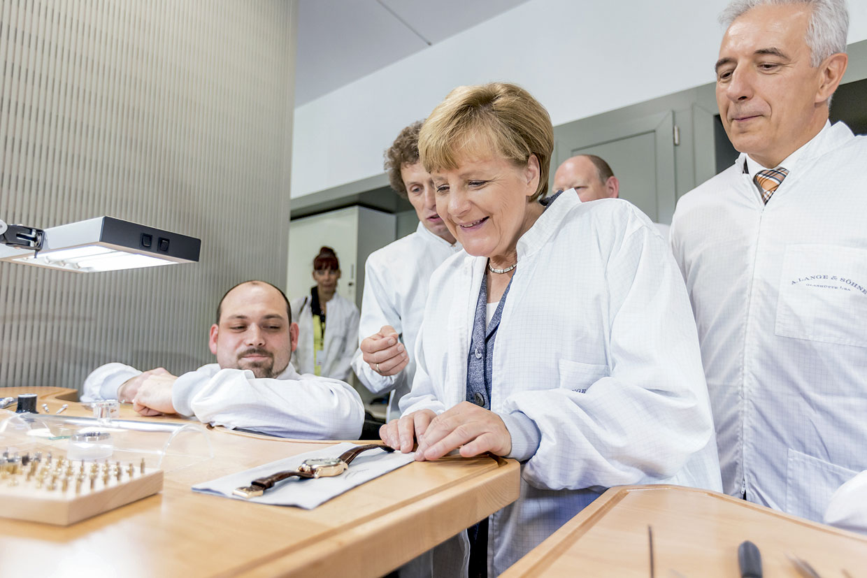 A Lange Sohne Inauguración nuevo edificio - Angela Merkel con un empleado