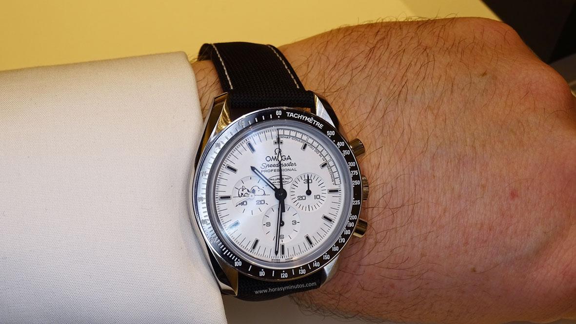 Omega Speedmaster Apollo 13 Silver Snoopy Award - En la muñeca