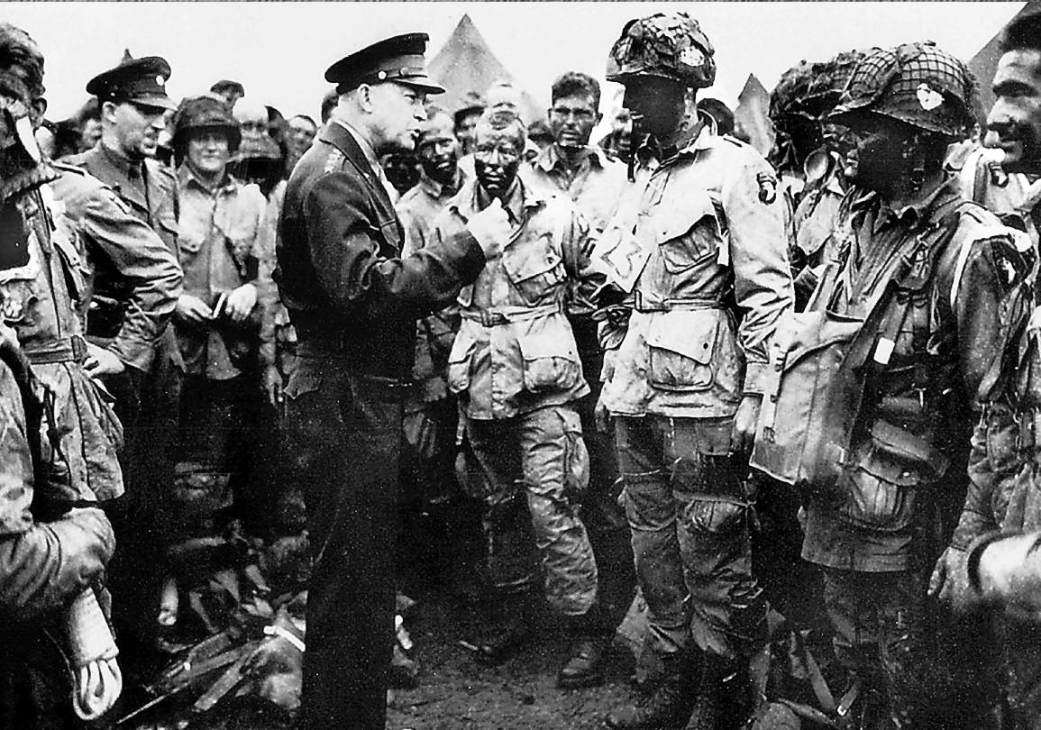 El General Dwight Eisenhower se dirige a la 101 aerotransportada la víspera del desembarco de Normandía