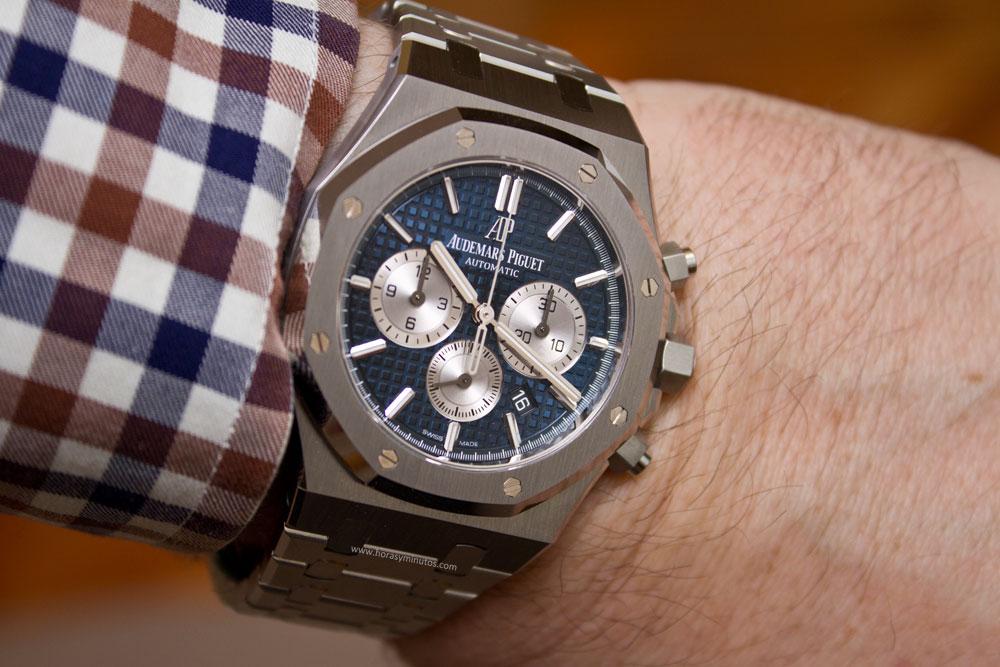 7839ae25c50 Es de sobra conocido que el Royal Oak nació en 1972 (de la mano de Gerald  Genta) como el primer reloj de acero de lujo. Tan de lujo que en aquel  entonces ...