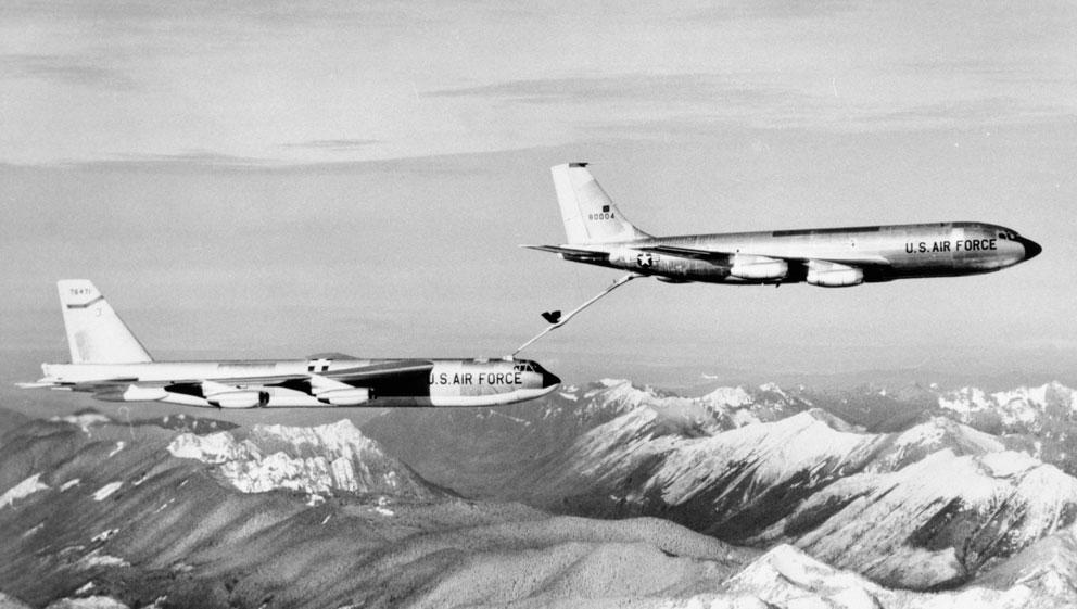 Boeing Stratotanker de combustible recargando un Boeing B-52G-75-Stratofortress