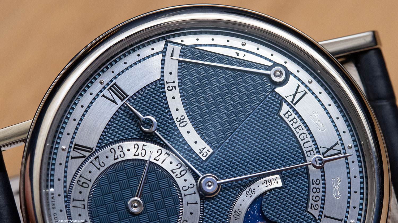 Detalle de los guillochés de la esfera en el Breguet Classique 7137