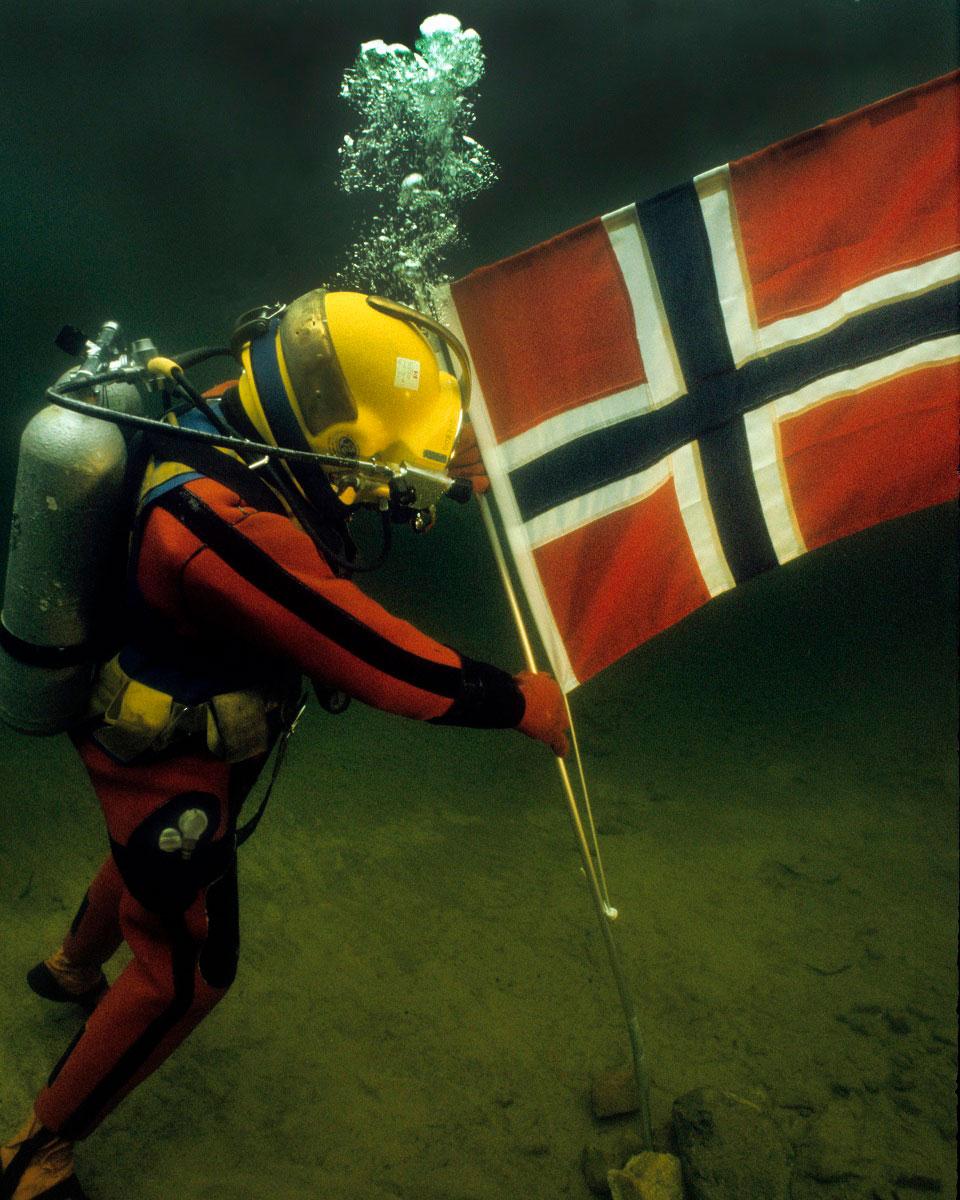 plantando la bandera noruega