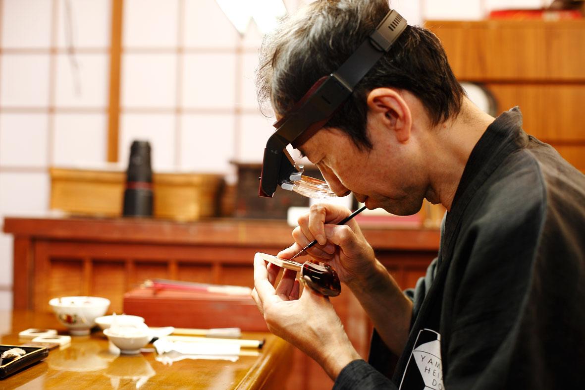 El maestro Minori Koizumi pintando el Chopard Urushi Año del Mono