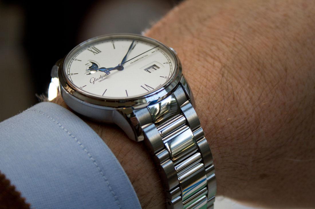 glashutte-original-senator-excellence-panorma-date-steel-bracelet-2-horasyminutos