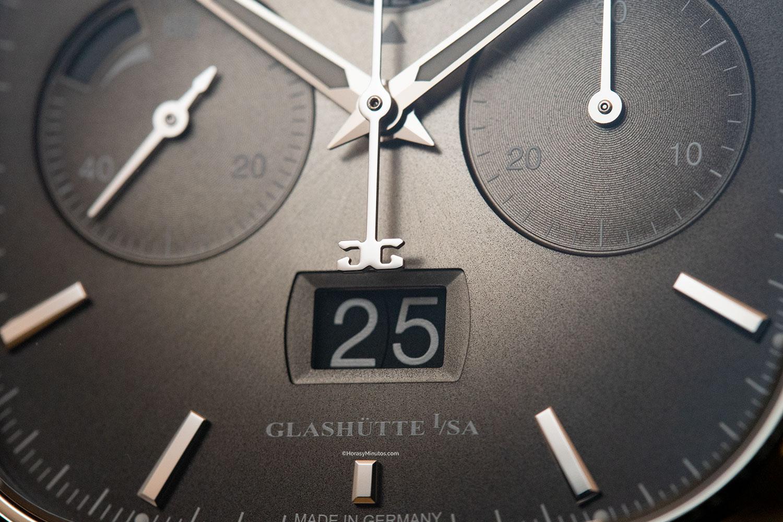 Detalle de la ventana de fecha del Glashütte Original Seventies Chronograph Panorama Date Limited Edition gris