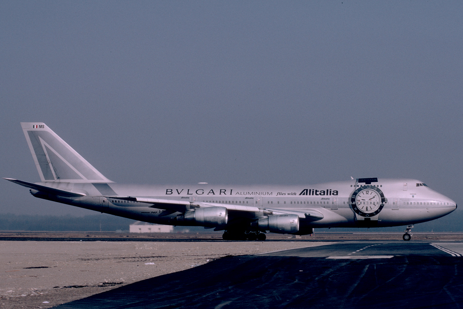Avión de Alitalia con el Bulgari Aluminium