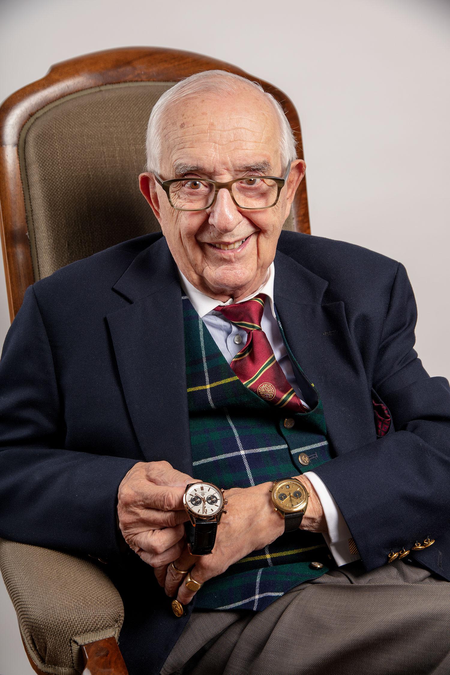 Jack Heuer mostrando el TAG Heuer Carrera Chronograph Jack Heuer Birthday Gold Limited Edition y llevando el Heuer Carrera 1158CHN