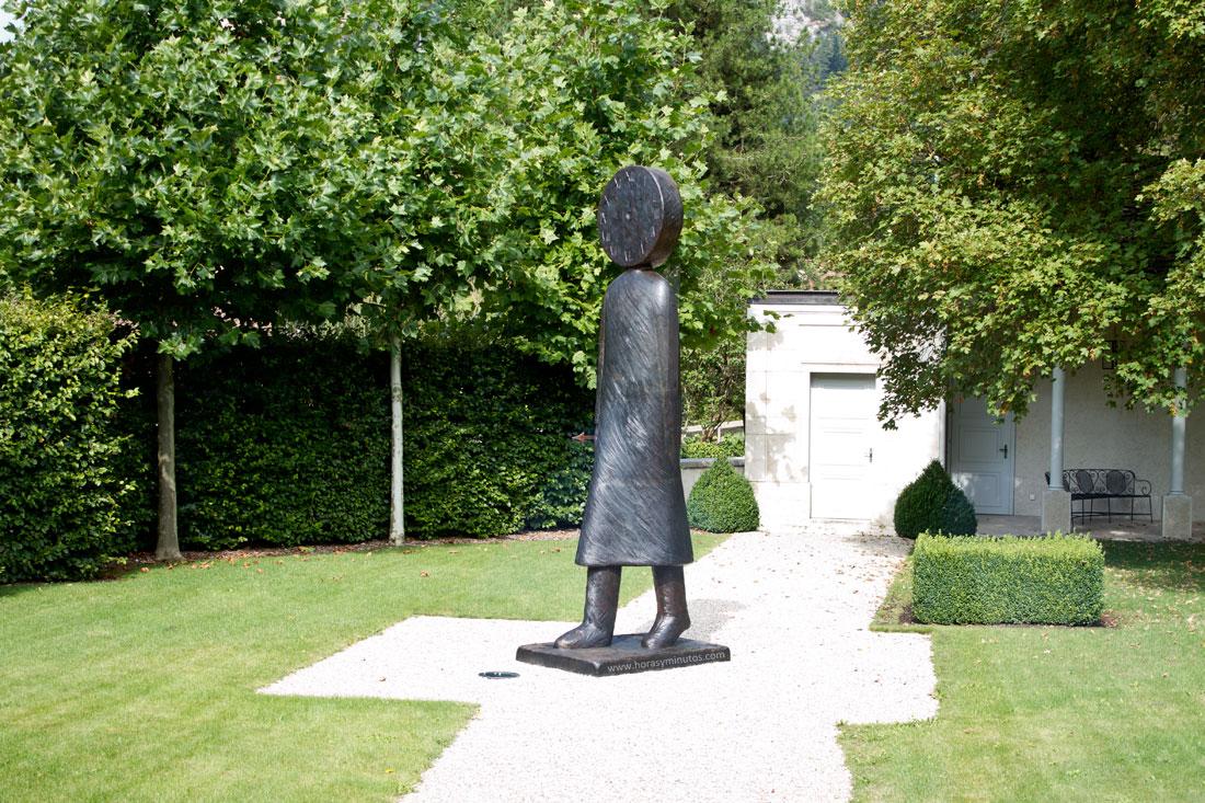Una estatua en el jardín trasero del Chopard Forum. Todo apunta a la medida del tiempo