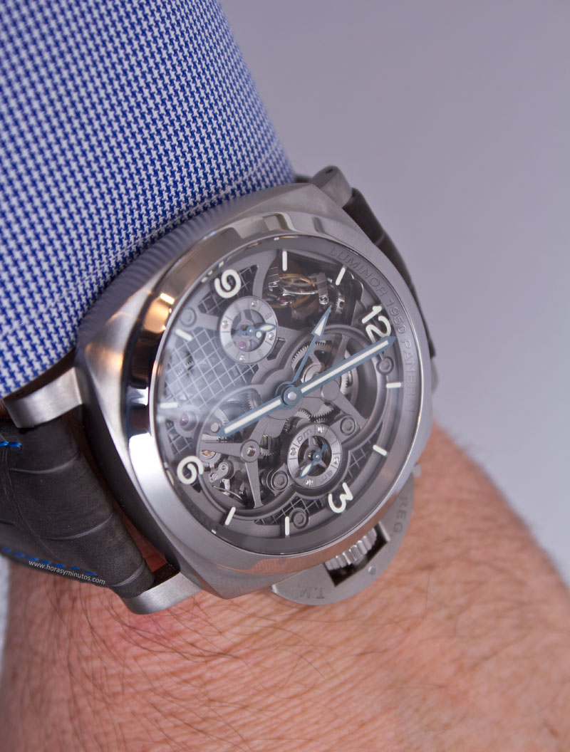 Lo-Scienziato-Luminor-1950-Tourbillon-GMT-Titanio-12-HorasyMinutos