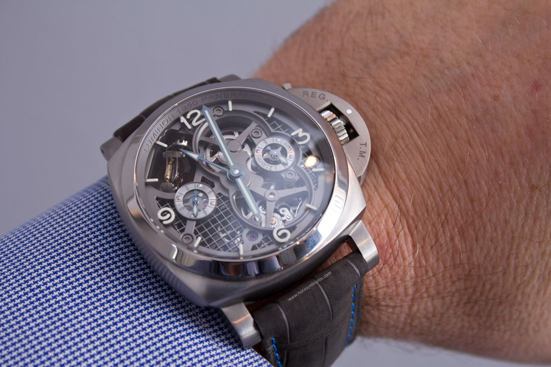 Lo-Scienziato-Luminor-1950-Tourbillon-GMT-Titanio-13-HorasyMinutos