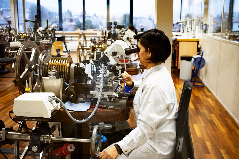Artesana de la manufactura Breguet trabajando el guilloché