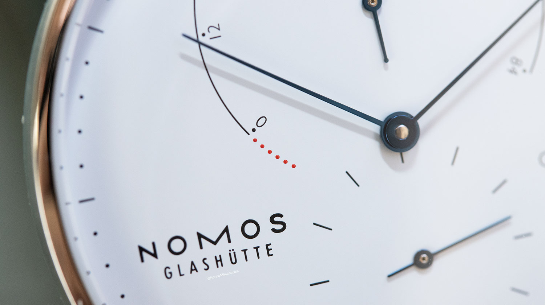 Detalle de la reserva de marcha del Nomos Lambda 175 Years Watchmaking