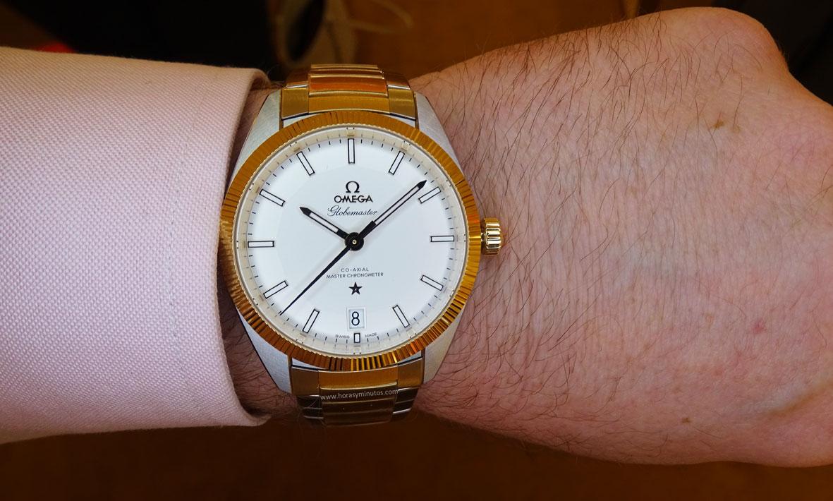 OMEGA-Globemaster-Master-Chronometer-acero-y-oro-amarillo-en-la-muneca-Horas-y-Minutos