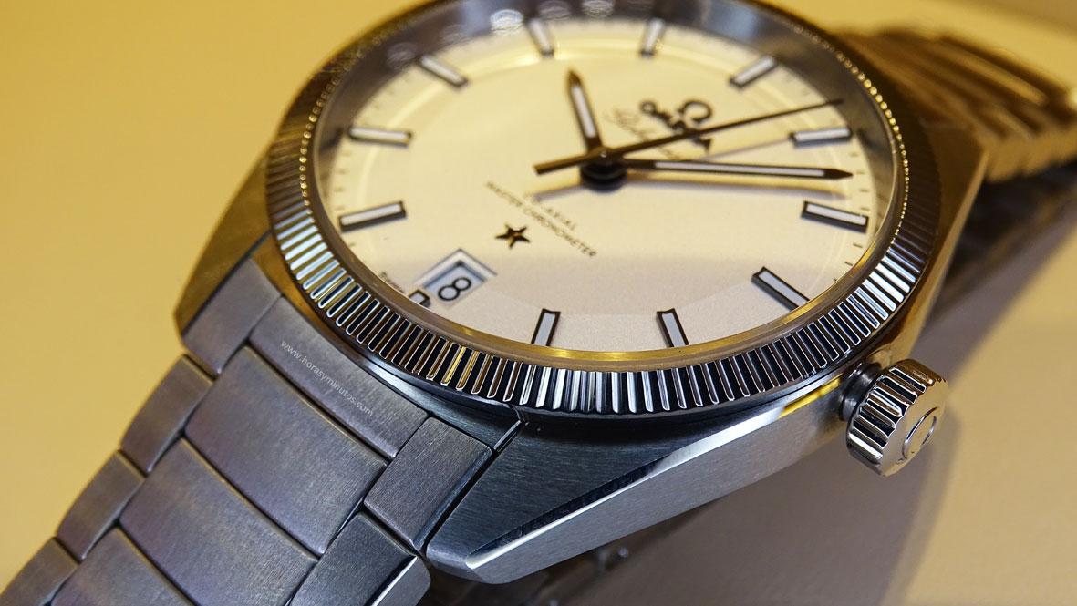 OMEGA-Globemaster-Master-Chronometer-detalle-satinado-pulido-Horas-y-Minutos