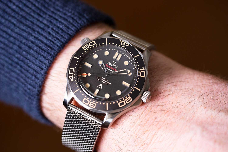 El Omega Seamaster 300M James Bond No Time To Die con milanesa, de cerca