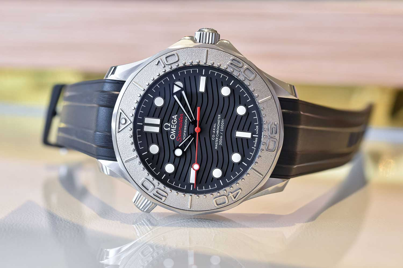 El Omega Seamaster Diver 300M Nekton Edition con correa de caucho