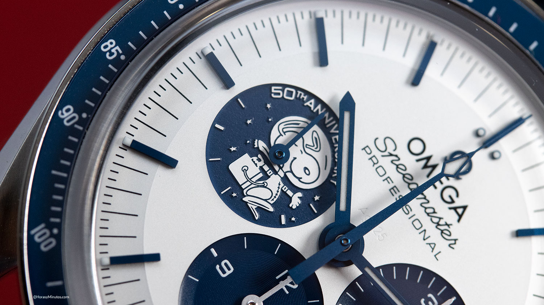 Detalle de la esfera del Omega Speedmaster Silver Snoopy Award 50th Anniversary