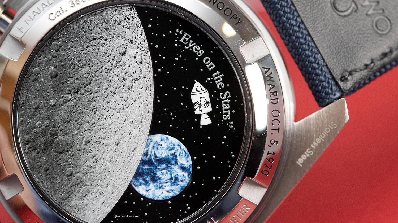 Detalle del reverso del Omega Speedmaster Silver Snoopy Award 50th Anniversary