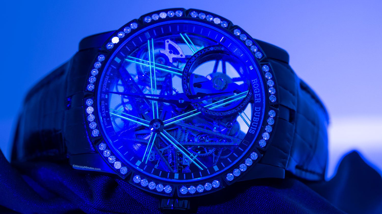 El Roger Dubuis Excalibur Blacklight bajo la luz ultravioleta