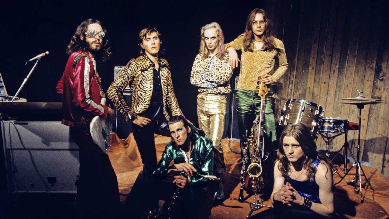 LONDON - JULY 05: L-R Phil Manzanera, Bryan Ferry, Andy Mackay (seated) Brian Eno, Rik Kenton, Paul Thompson (seated), Roxy Music posed group shot at the Royal College Of Art video studio in London on July 5 1972 (Photo by Brian Cooke/Redferns)