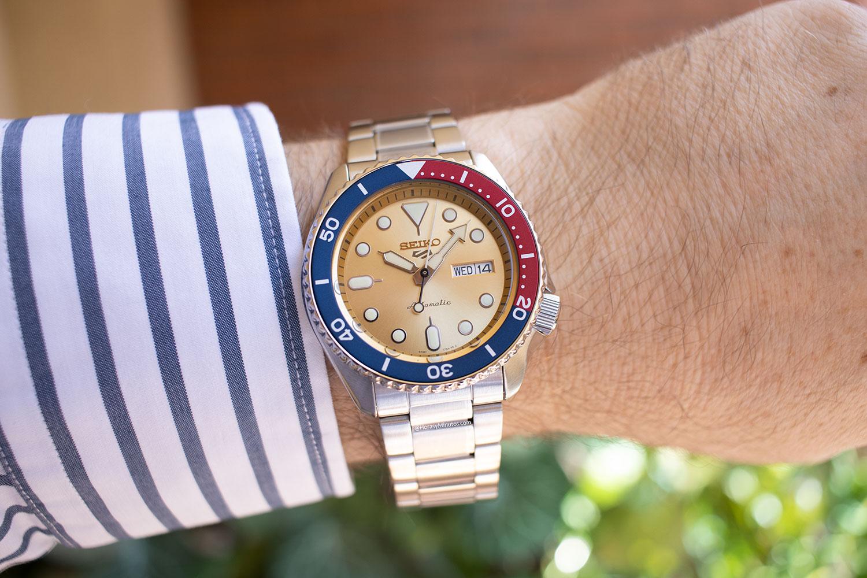 El Seiko 5 Sports Custom Watch Beatmaker 2021, en la muñca