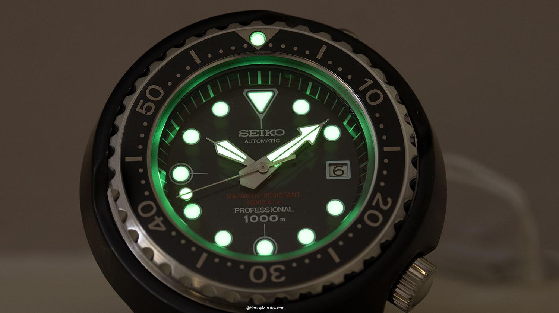El Seiko Diver's 55th Anniversary SLA041 brillando en la oscuridad