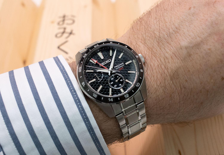 El Seiko Sharp Edged GMT Sumiiro sobre el pulso