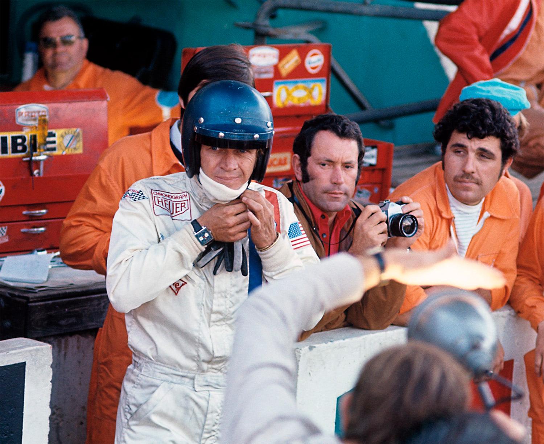 Steve McQueen con su Heuer Monaco durante el rodaje de Le Mans