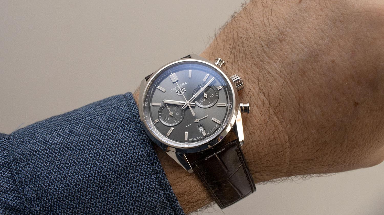 El TAG Heuer Carrera Chronograph 42mm gris, puesto