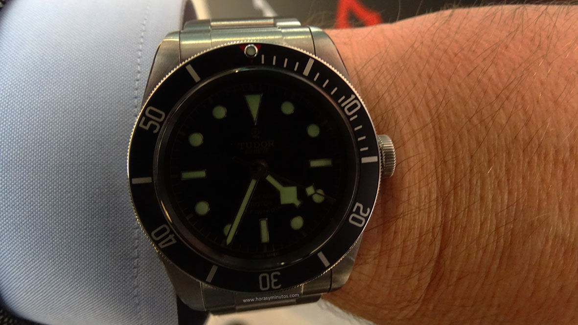 Tudor Heritage Black Bay Black SuperLuminova en la muñeca