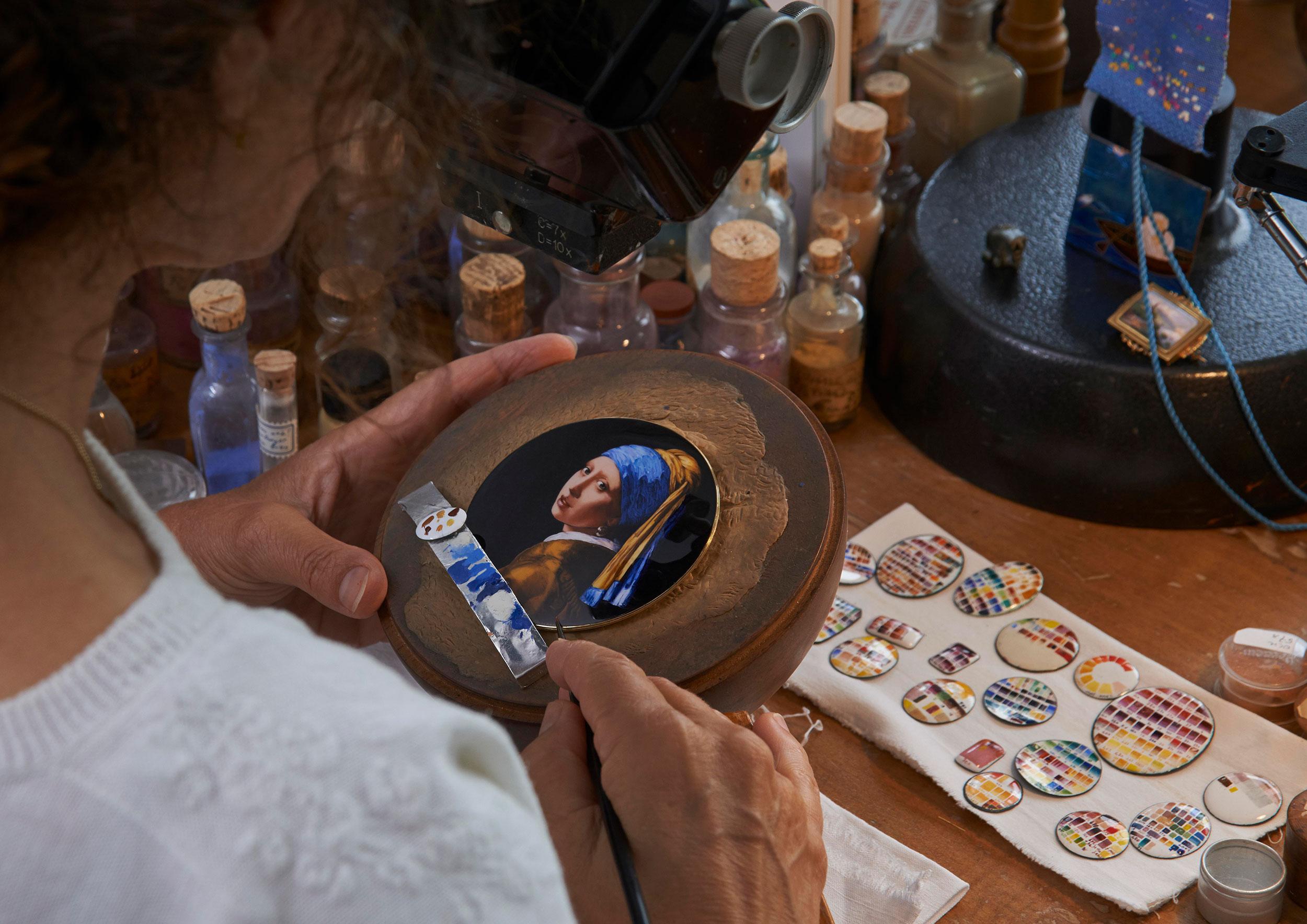 La esmaltadora Anita Porchet, trabajando sobre el Vacheron Constantin Les Cabinotiers Westminster Sonnerie – Tribute to Johannes Vermeer