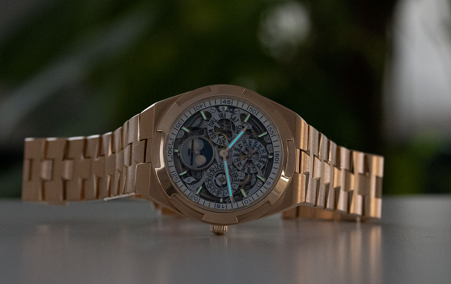 Tratamiento con Super-LumiNova del Vacheron Constantin Overseas Perpetual Calendar Ultra Thin Skeleton