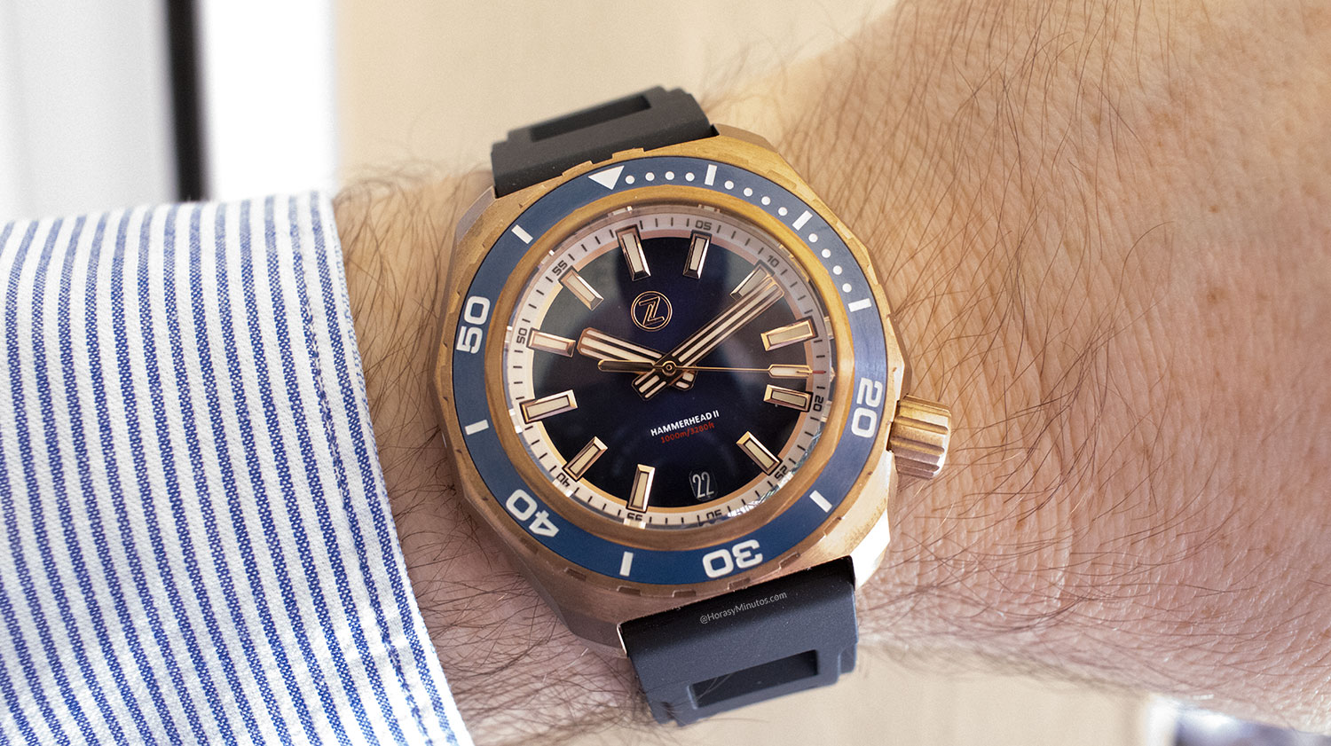 El Super-LumiNova en el Zelos Watches Hammerhead 1000 M Bronze Midnight Blue, en la muñeca