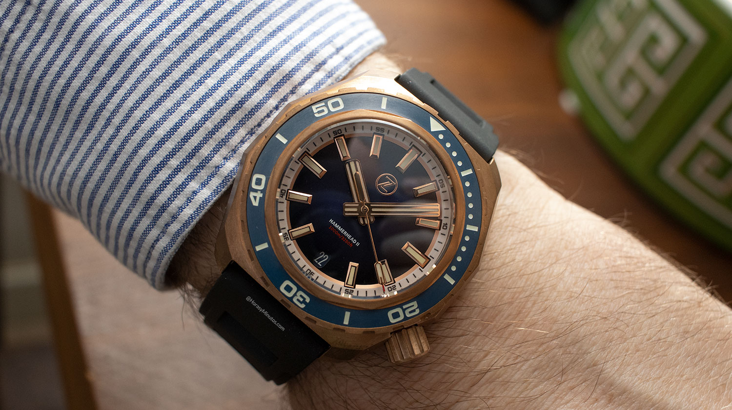 Así queda el Super-LumiNova en el Zelos Watches Hammerhead 1000 M Bronze Midnight Blue
