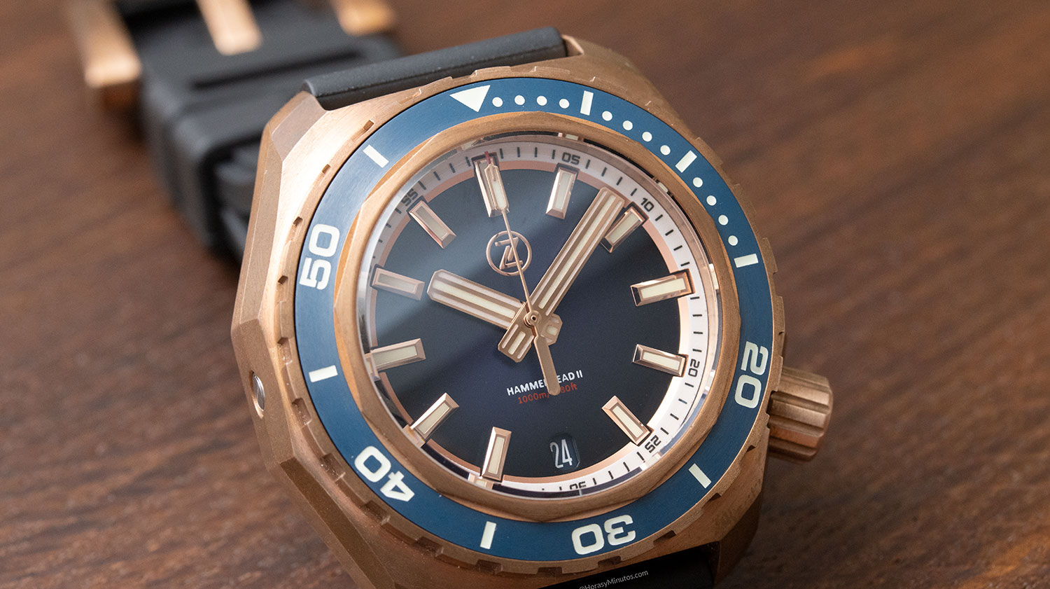Esfera del Super-LumiNova en el Zelos Watches Hammerhead 1000 M Bronze Midnight Blue