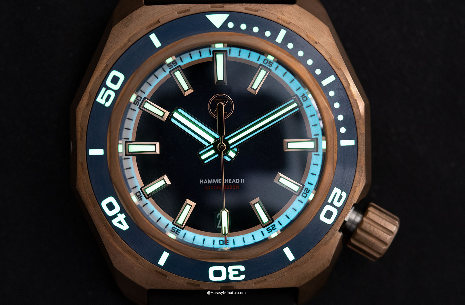 Super-LumiNova en el Zelos Watches Hammerhead 1000 M Bronze Midnight Blue