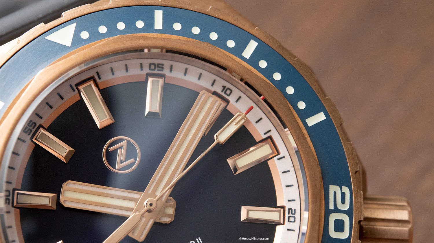 Detalle de la esfera del Super-LumiNova en el Zelos Watches Hammerhead 1000 M Bronze Midnight Blue