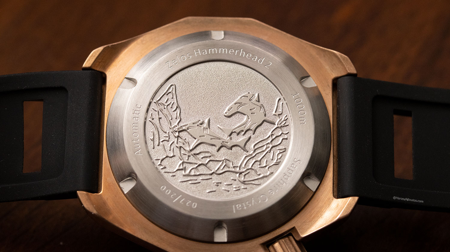 Reverso del Super-LumiNova en el Zelos Watches Hammerhead 1000 M Bronze Midnight Blue