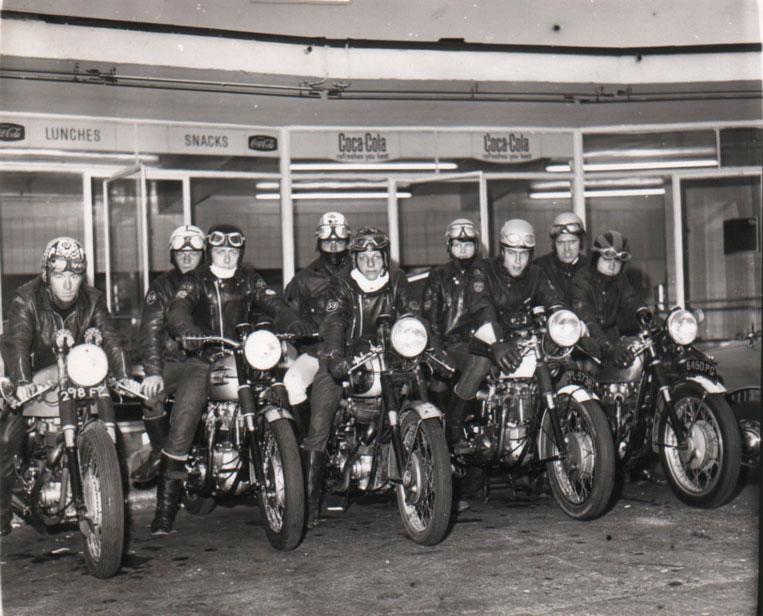 Rockers de los años 60 en la entrada del Busy Bee Café de Watford, Inglaterra